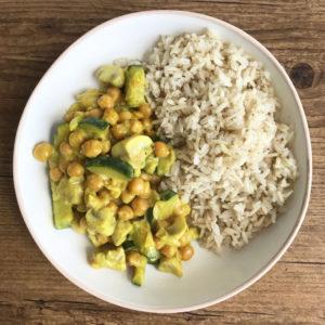 Vegan budget recept #1: snelle curry met courgette en kikkererwten