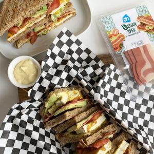 Vegan club sandwich met omelet en spek