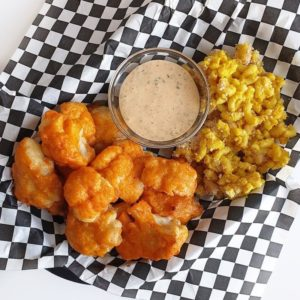 Vegan Fast Food Friday #13: bloemkool wings met ranch saus en mac & cheese