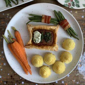 Vegan feestmaal: gehakt Wellington met haricot verts met spek, bospeen en pommes duchesse