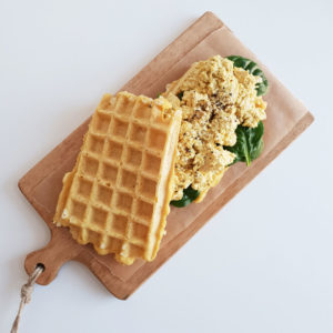 Vegan kaaswafelsandwich met eiersalade