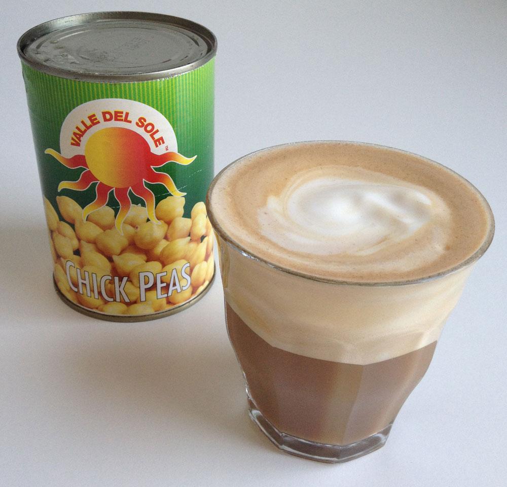 Ik maakte met een beetje van het kikkererwtenvocht 'beslag' ook een lekkere zoette latte. Een chickpea latte! :)
