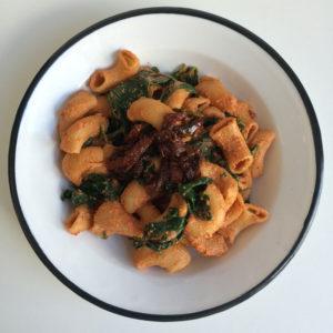 Vegan pasta met spinazie en zongedroogde tomaat