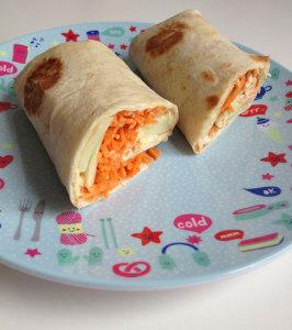 Wrap met hummus wortel en komkommer