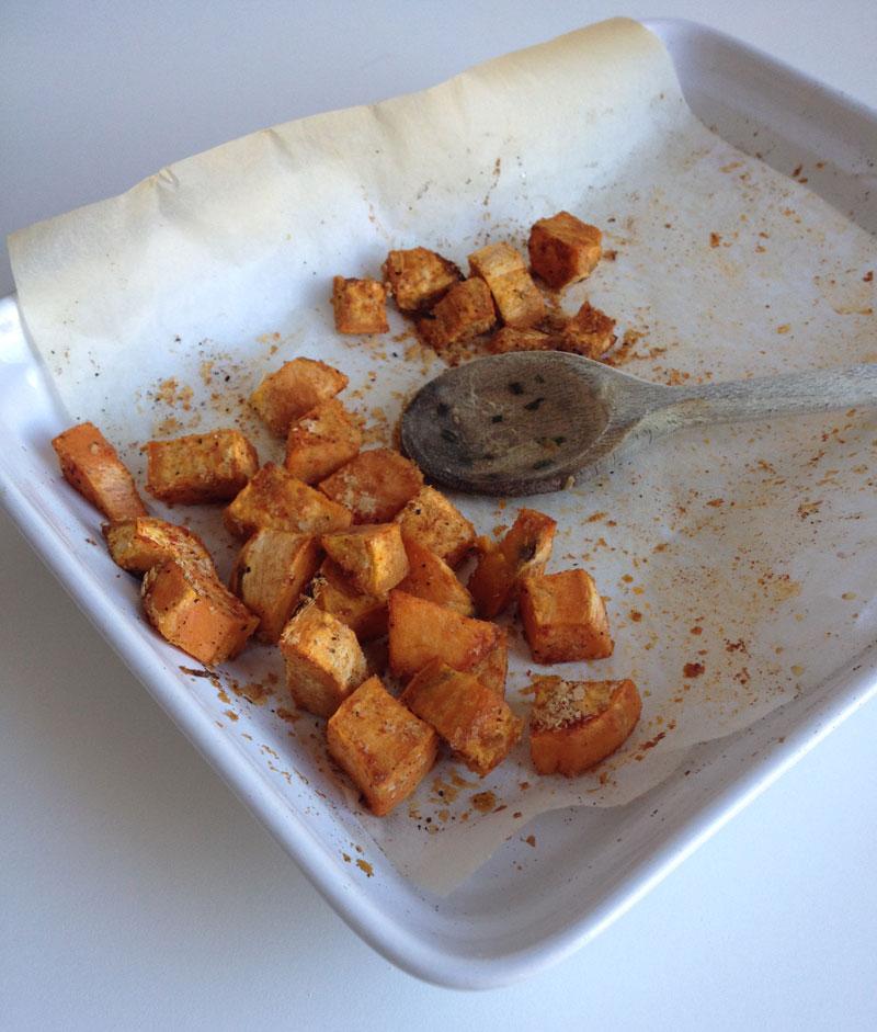Zoete aardappel kikkererwten schotel met citroen tahin saus