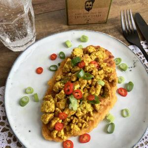 Zoete aardappel naan met curry scramble